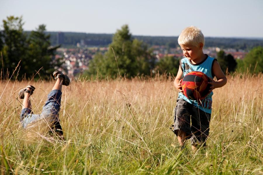 Kinder spielen auf dem Kienberg