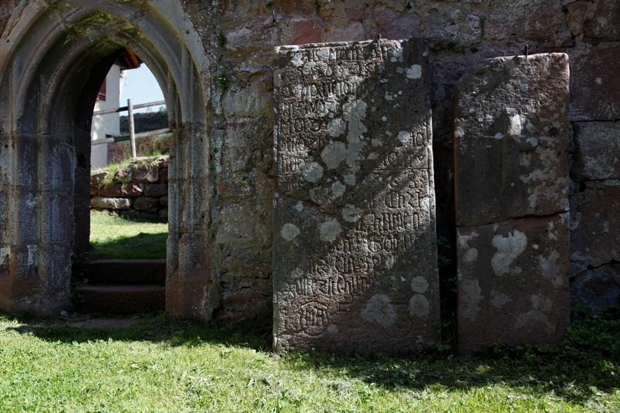 Blick in die Klosterruine Kniebis