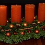 vier Kerzen auf einem Adventskranz