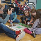 Ein Kameramann vom Südwestrundfunk filmt drei Kinder beim Spielen