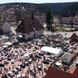 Blick auf die Neu- und Gebrauchtwagenshow auf dem Marktplatz