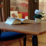 Tisch mit Buch