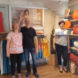 Drei Menschen in einem Laden