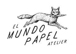 schräger Schriftzug des Unternehmensnahmen El Mundo Papel Atelier über dem ein Fuchs mit Stift und Pinsel im Maul springt