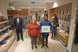 Oberbürgermeister Osswald und Wirtschaftsbeauftragte Elke Latscha bei der Eröffnung im Pop-up Store mit Künstler Israel Surco und Frau