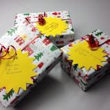 Drei bunt verpackte Weihnachtsgeschenke