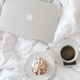 Laptop mit Kaffee im Bett