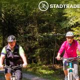 Zwei Radfahrern fahren durch den Wald