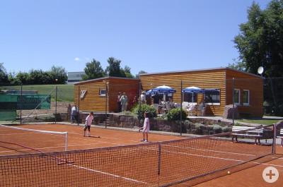 Tennisplatz mit Vereinsheim