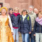 Stadtführerin Sibylla von Anhalt mit einer Gruppe vor der Stadtkirche