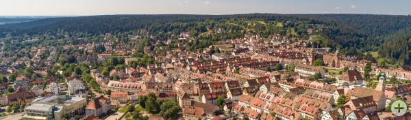 Luftbild von Freudenstadt mit Blick auf den Marktplatz und Richtung Christophstal