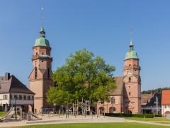 Blick auf die Stadtkirche im Sommer