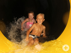 "Kinder in der Rutsche ""Black Hole"""