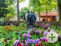 Gefallenendenkmal im Park Courbevoie zur Rhododendron-Blüte