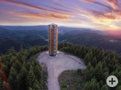 Luftaufnahme des Buchkopfturms beim Sonnenuntergang