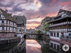 Sonnenuntergang über einem Kanal in Straßburg