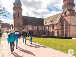 Familie auf dem Marktplatz vor der Stadtkirche