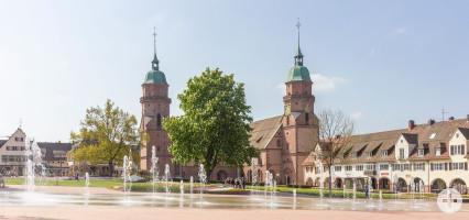 Die Stadtkirche im Frühling. Im Vordergrund die Fontänen und Tulpen