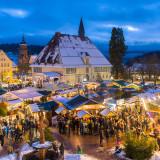Weihnachtsmarkt bei Dämmerung