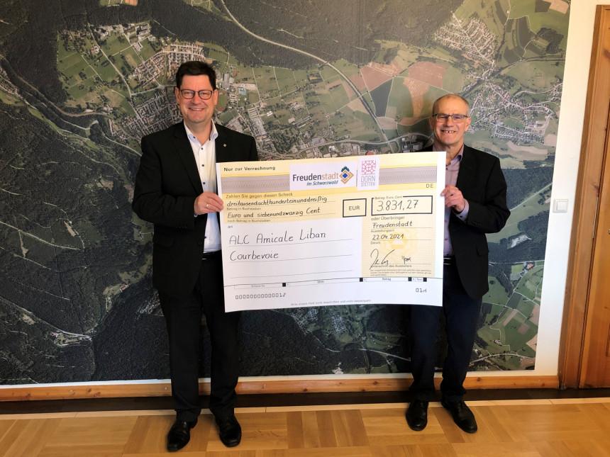 Oberbürgermeister Osswald aus Freudenstadt und Bürgermeister Haas aus Dornstetten präsentieren den Spendenscheck