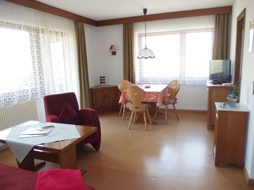 Wohnraum mit Sitz- und Essecke