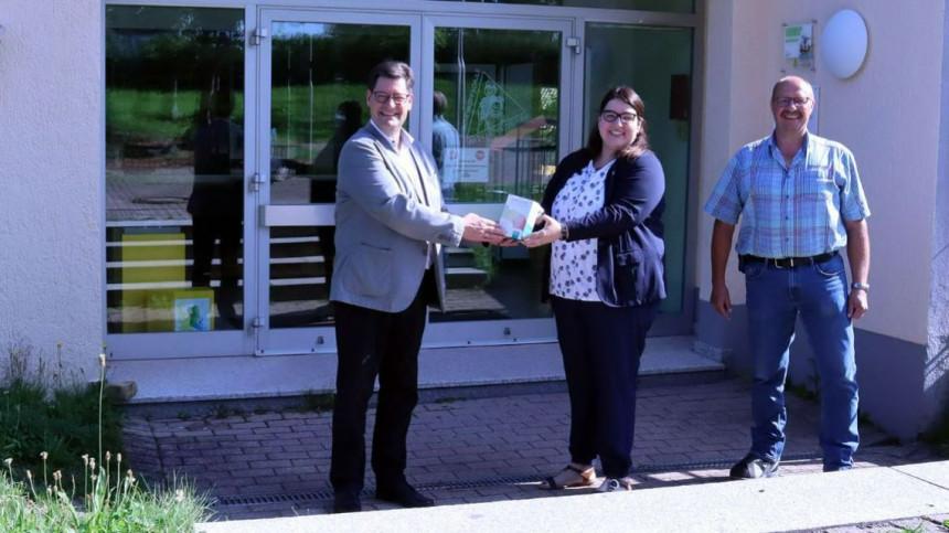 Oberbürgermeister Julian Osswald und Bernd Pölling (BFS) übergeben die erste CO2- Ampel an die Schulleiterin der Forchenkopfschule Julia Fischer