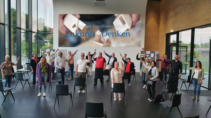 Akteure des Netzwerk Kreativwirtschaft ZUKUNFT.DENKEN bei einem Arbeitstreffen im Campus Schwarzwald: Netzwerk kann sich über 13.000 € Fördergelder freuen.