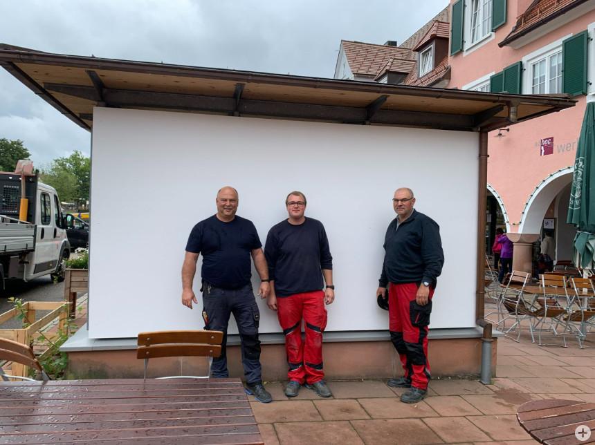 Mitarbeiter des Baubetriebsamtes präsentieren die großen Holztafeln